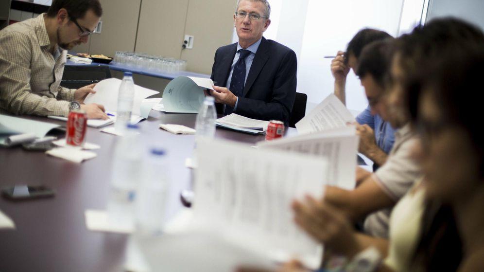 Foto: Eugenio Calabuig, en el centro, presidente de Aguas de Valencia. (EFE)