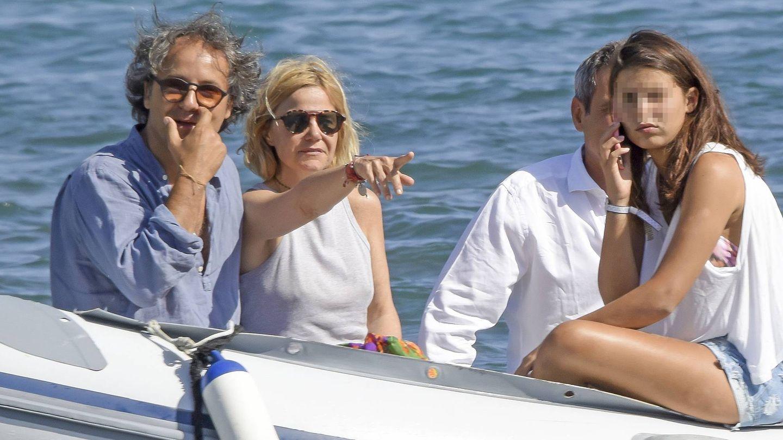 Tana, este verano, junto a su madre y Narcís Rebollo. (Gtres)