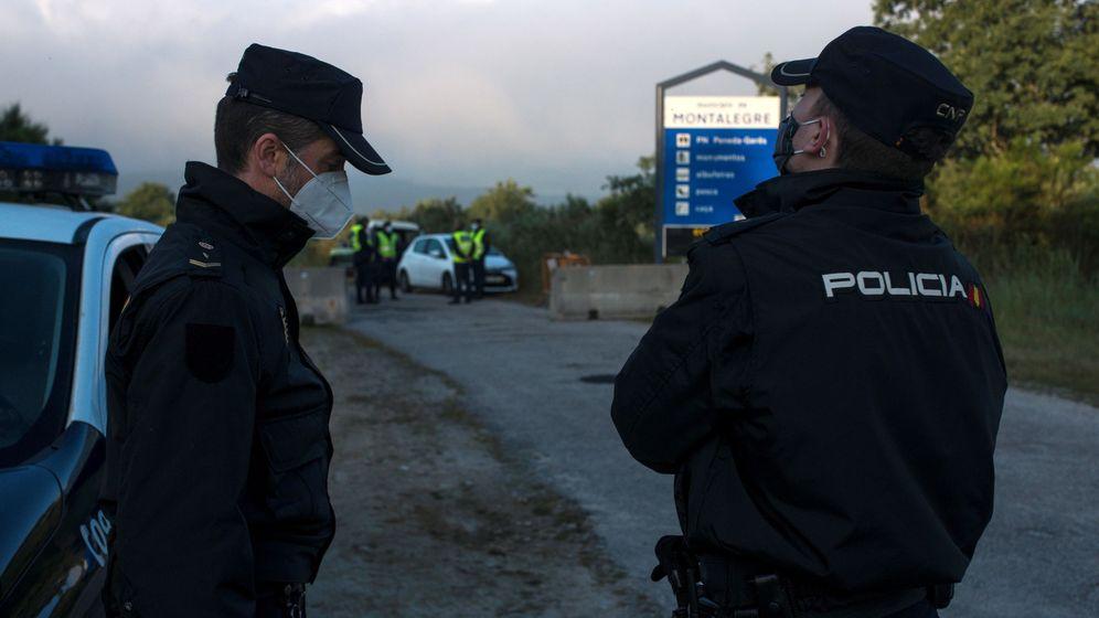 Foto: Control de acceso de la Policía Nacional y la Guarda Nacional Republicana en la frontera hispano-lusa en Calvos de Randín (Ourense) (EFE)