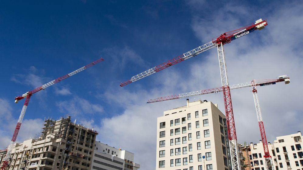 Foto: Tres grúas sobre una promoción española de viviendas. (EFE)