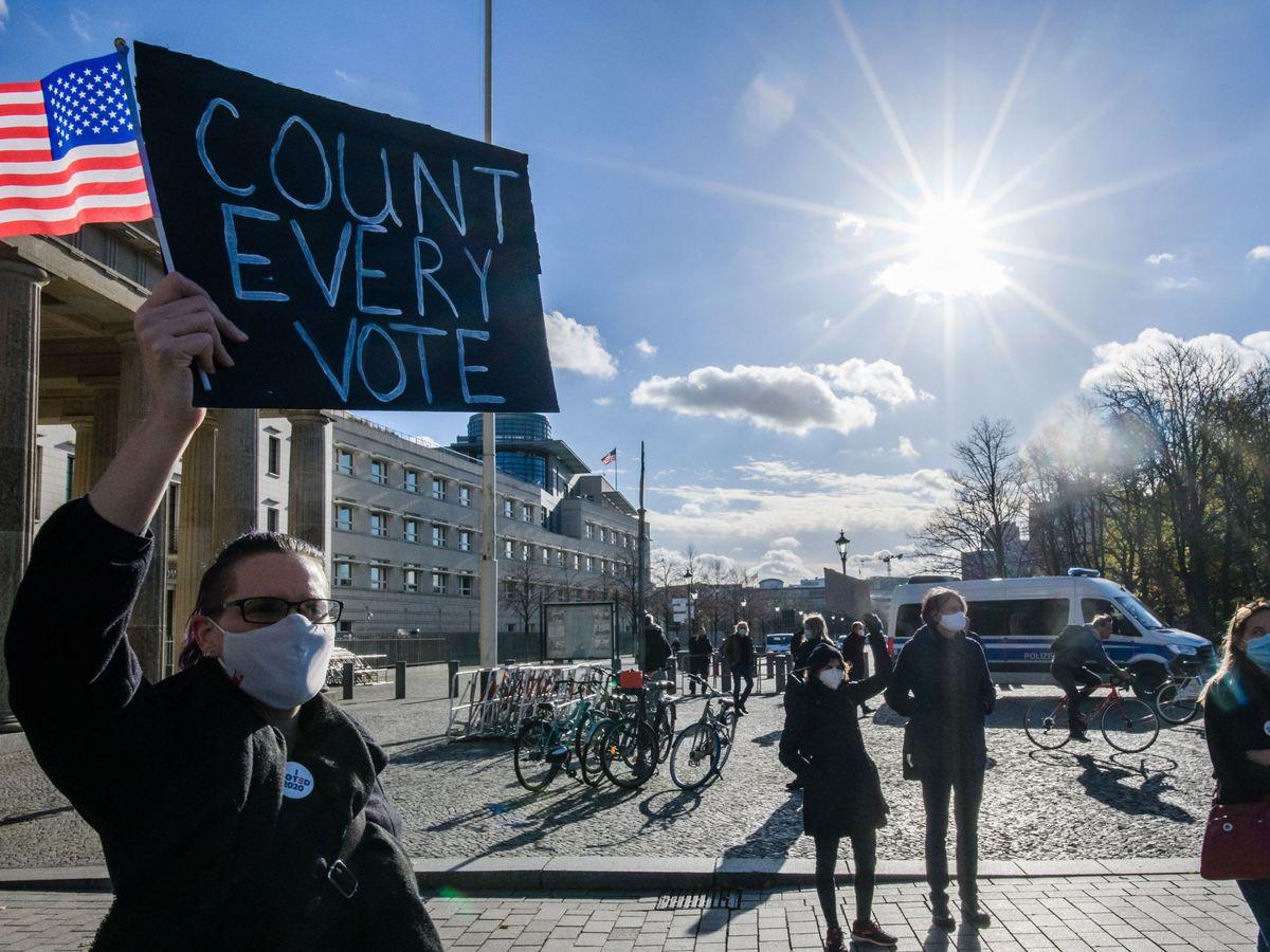 Foto: Manifestantes en favor de Biden, en la embajada de EEUU en Berlín. (Reuters)