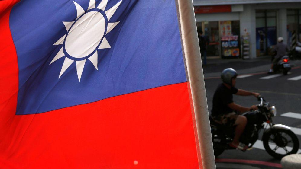 Foto: Un motociclista pasa tras una bandera taiwanesa en Taipei, en octubre de 2016. (Reuters)