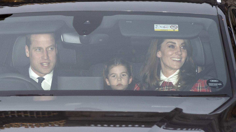 Los duques de Cambridge, protagonistas en el almuerzo navideño con la reina Isabel en Buckingham. (Reuters)