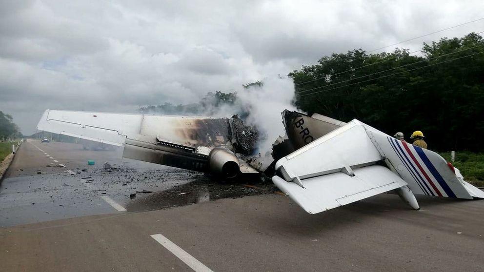 Un avión del narcotráfico se incendia al aterrizar en una carretera en México