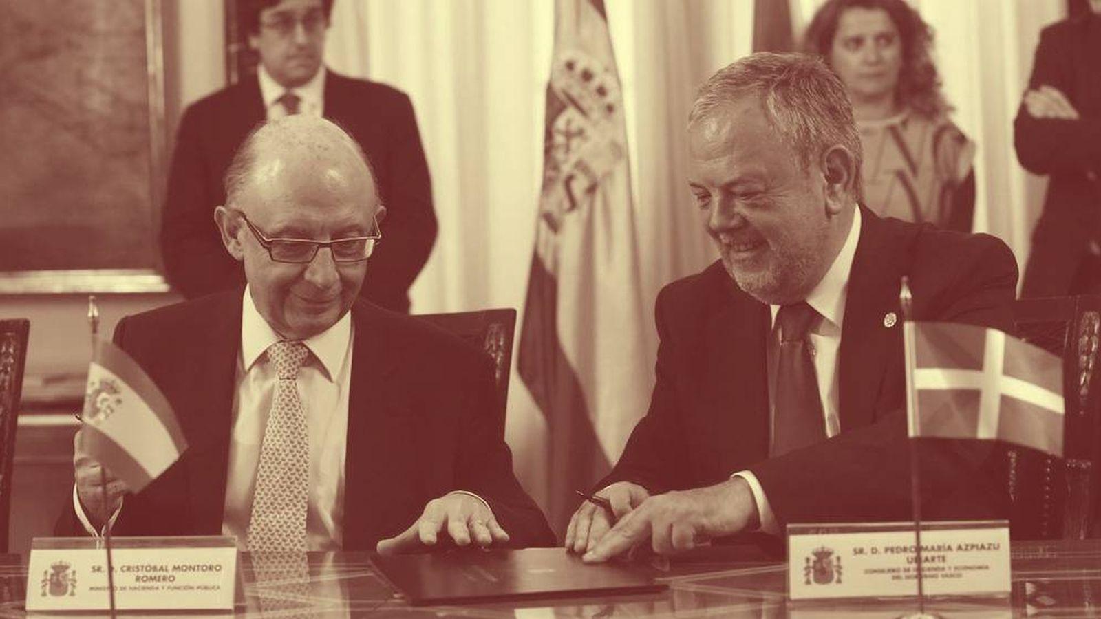 Foto: El exministro de Hacienda, Cristóbal Montoro, y el consejero de Hacienda vasco, Pedro Azpiazu, firman el último cupo. (EFE)