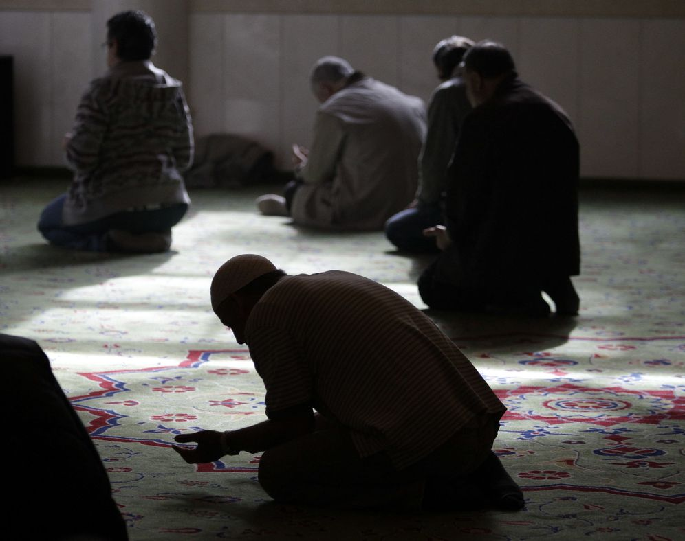 Foto: Musulmanes, durante la oración del viernes en la mezquita Omar, en Berlín, en septiembre de 2012. (Reuters)