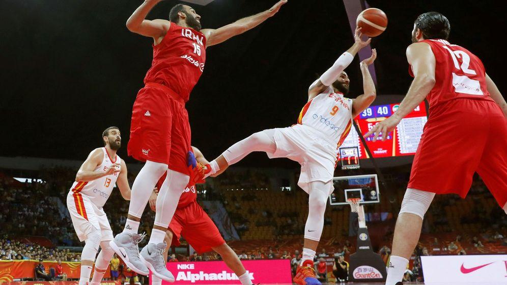 Foto: Ricky lucha el balón contra Habbabi y Zangeneh. (EFE)