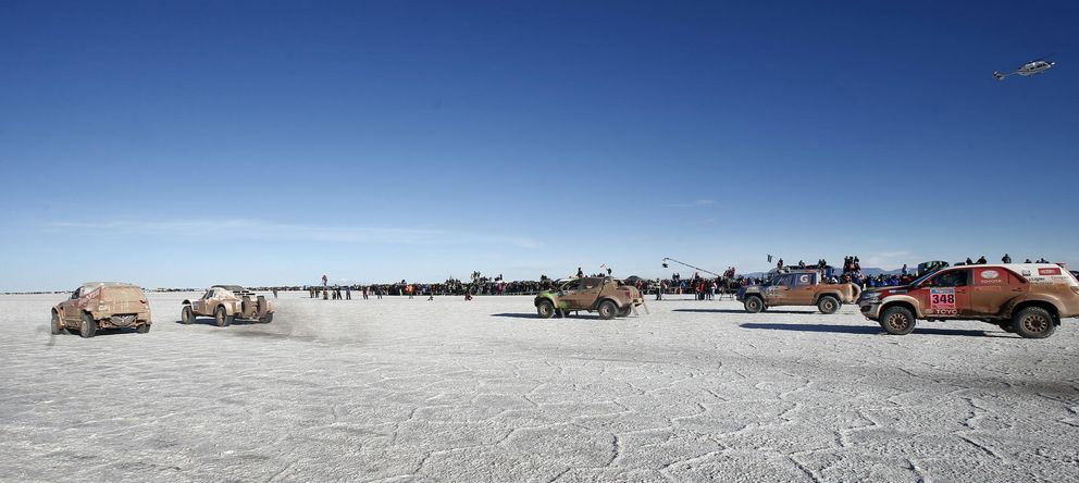 Foto: Varios participantes toman la salida en la octava etapa del Dakar (Efe).