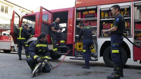 Carmena no sabe cómo meter en vereda a los bomberos, descontrolados en Twitter