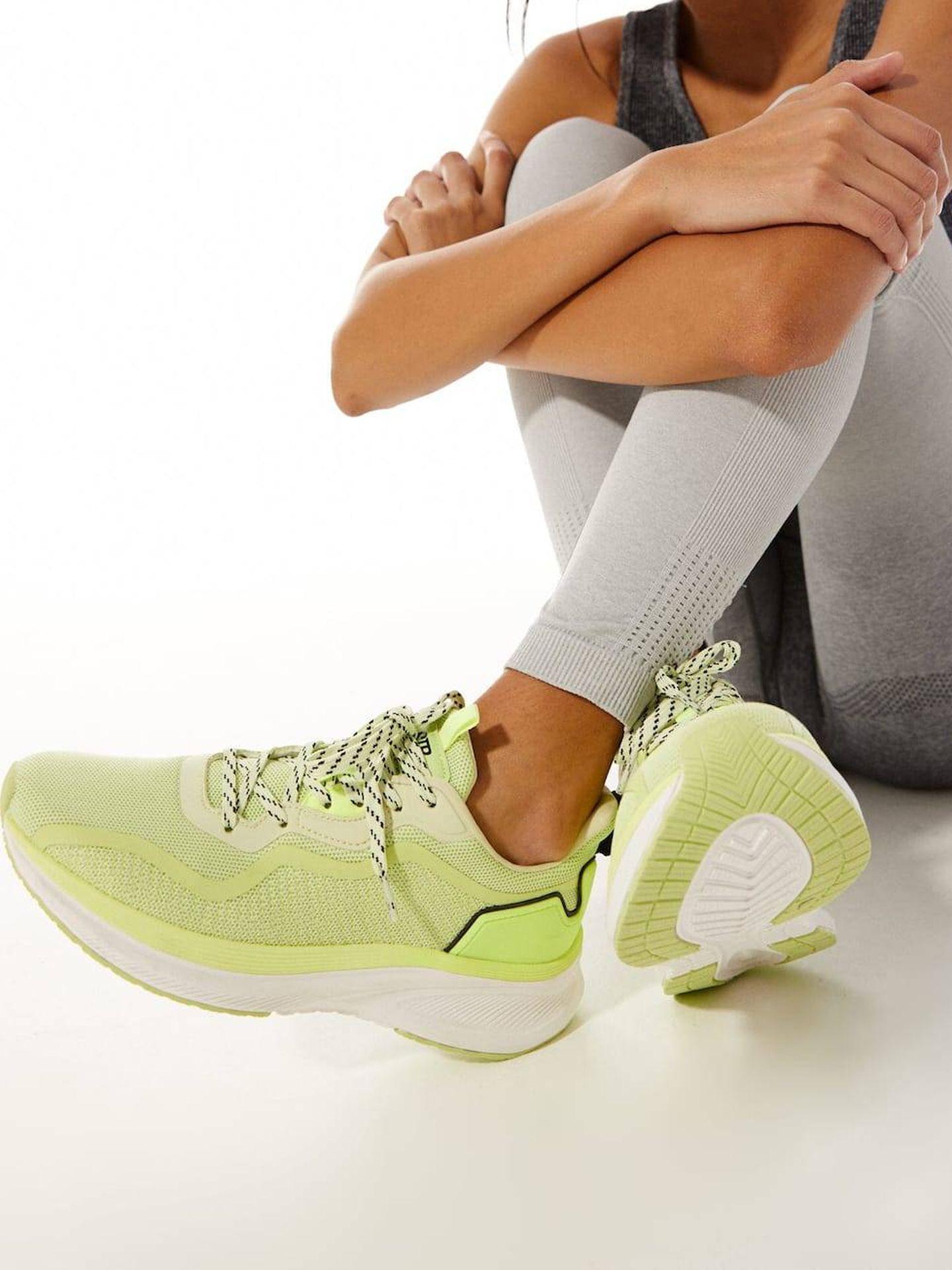 Zapatillas deportivas de Zara. (Cortesía)