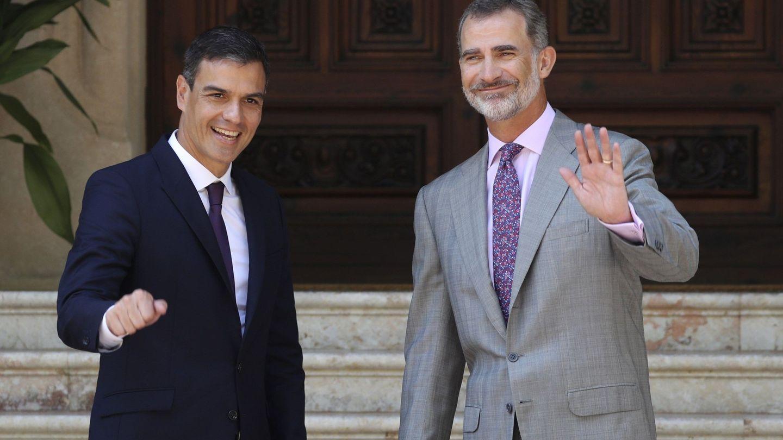 El rey Felipe VI y el presidente del Gobierno,Pedro Sánchez en el Palacio de Marivent. (EFE)
