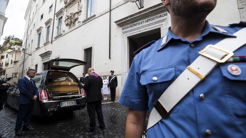 Foto: El ataúd del oficial de Carabinieri Mario Cerciello Rega, a punto de ser introducido en una capilla en Roma, Italia. (EFE)