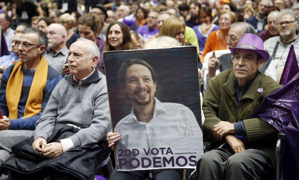 Foto: Un simpatizante sostiene un cartel con la imagen de Pablo Iglesias en la campaña de las generales del 20-D, el pasado 18 de diciembre en Valencia. (EFE)