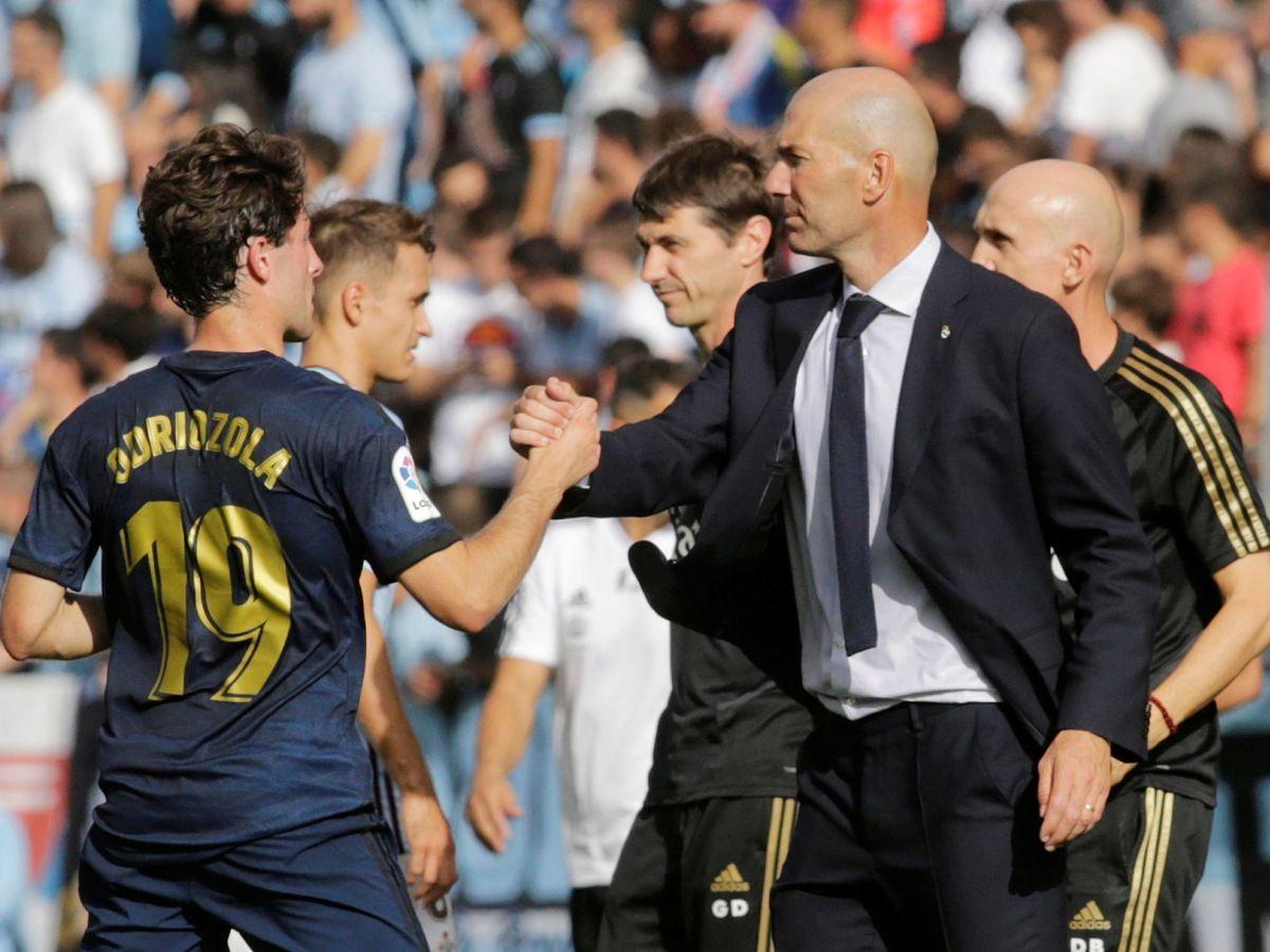 Foto: Zidane saluda a Odriozola tras sustituirle en uno de los pocos partidos que jugó con él. (REUTERS)