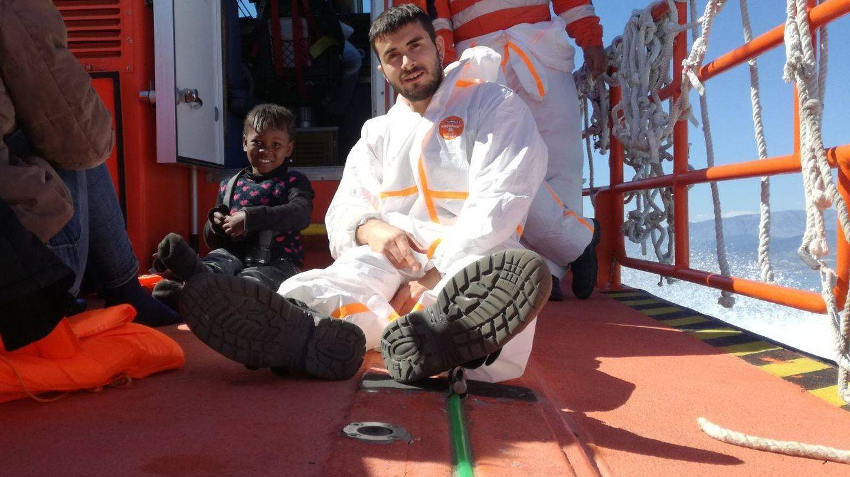 Sergio, con Aysha, en el barco de Salvamento de Motril. (Cedida)