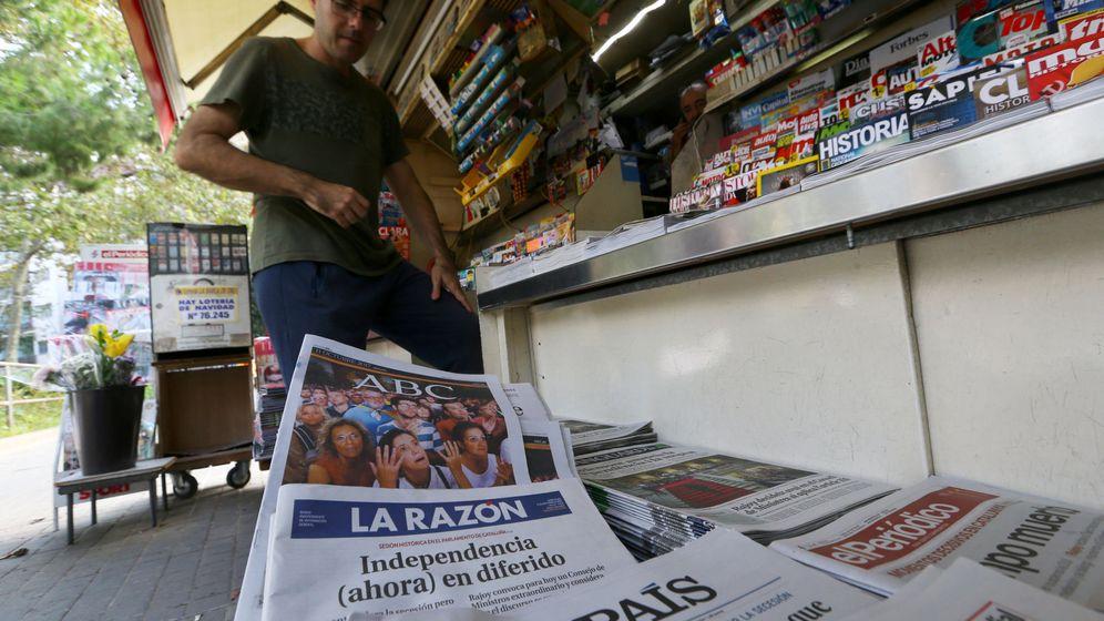 Foto: Un quiosco con 'El País' y otros periódicos. (Reuters)