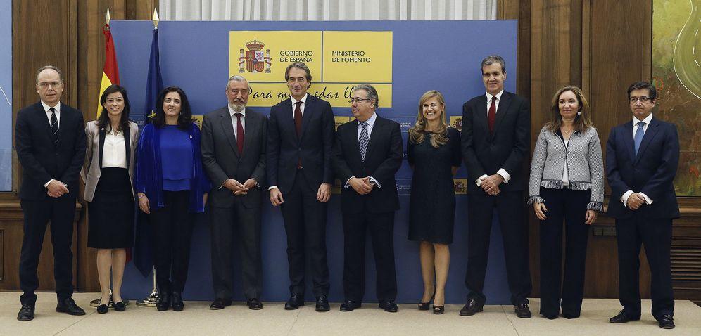 Foto: Alicia Segovia Marco (2i), junto al exministro de Fomento Íñigo de la Serna (5i) y otros altos cargos. (EFE)