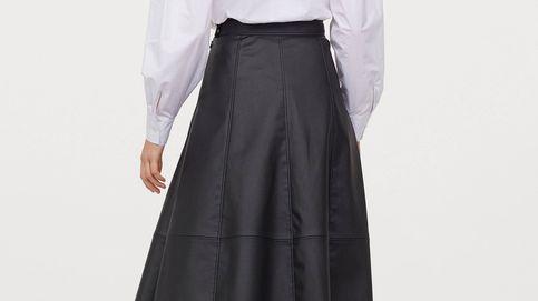 Una falda midi efecto piel nunca había sido tan espectacular como lo es esta de H&M
