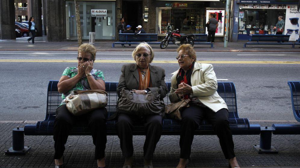 Foto: Tres mujeres descansan sentadas en un banco. (EFE)