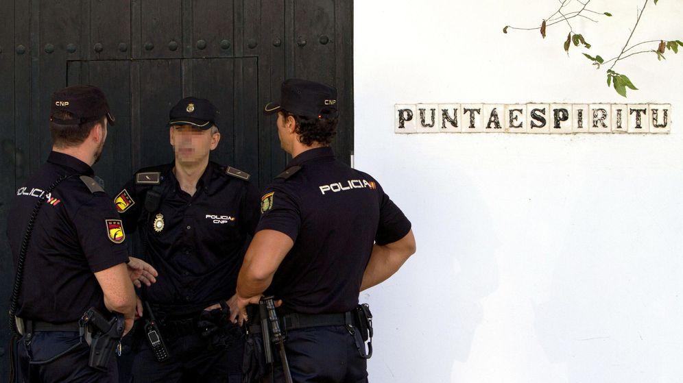 Foto: Fotografía de archivo de la Policía judicial durante el registro de la casa de verano que Ángel Ojeda, exconsejero de Hacienda de la Junta de Andalucía. (EFE)