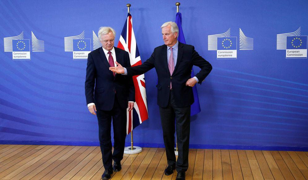 Foto: El negociador jefe de la UE, Michael Barnier, junto a su homólogo británico, David Davis, en Bruselas. (Reuters)