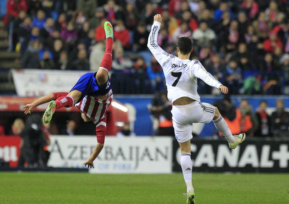 Foto: Momento en el que Cristiano Ronaldo y Javier Manquillo chocan en el Calderón.