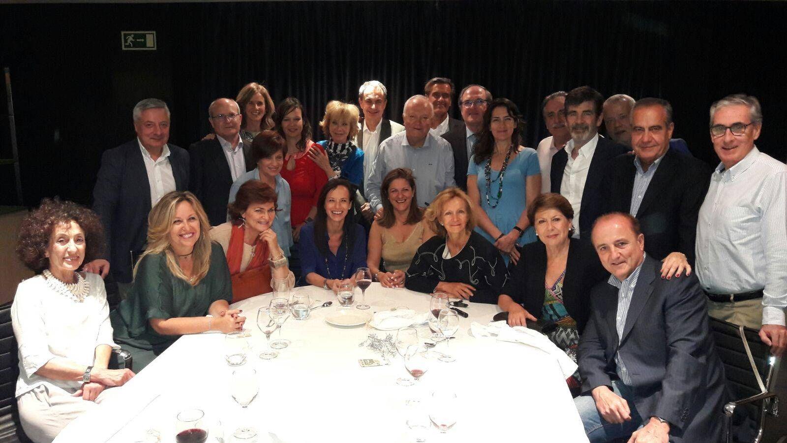Foto: José Luis Rodríguez Zapatero, rodeado de varios de sus ministros de la primera y la segunda legislatura, durante la cena en el hotel AC Cuzco, este 9 de junio. (EC)