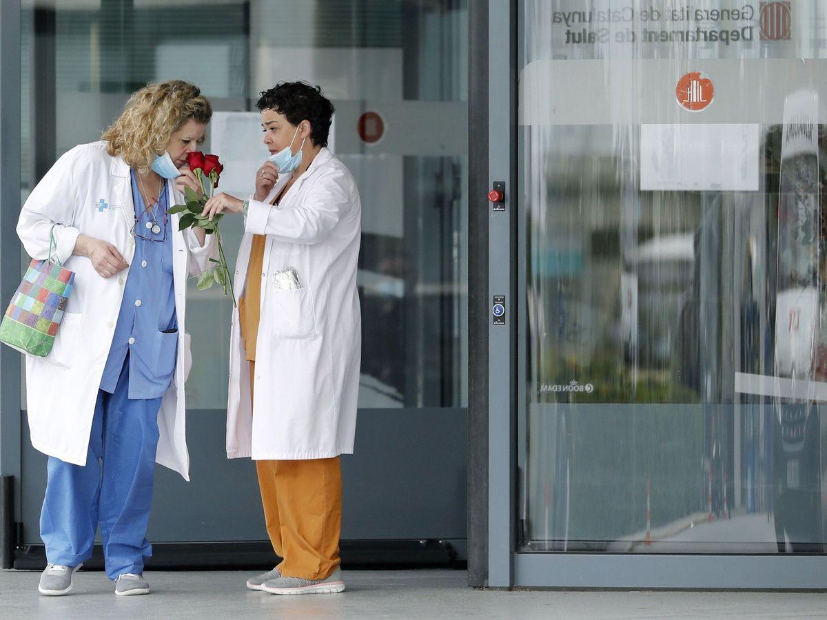 Foto: Dos trabajadoras del Hospital de Bellvitge, con las rosas que les han regalado en una iniciativa del Gremio de Floristerías de Barcelona. (EFE)