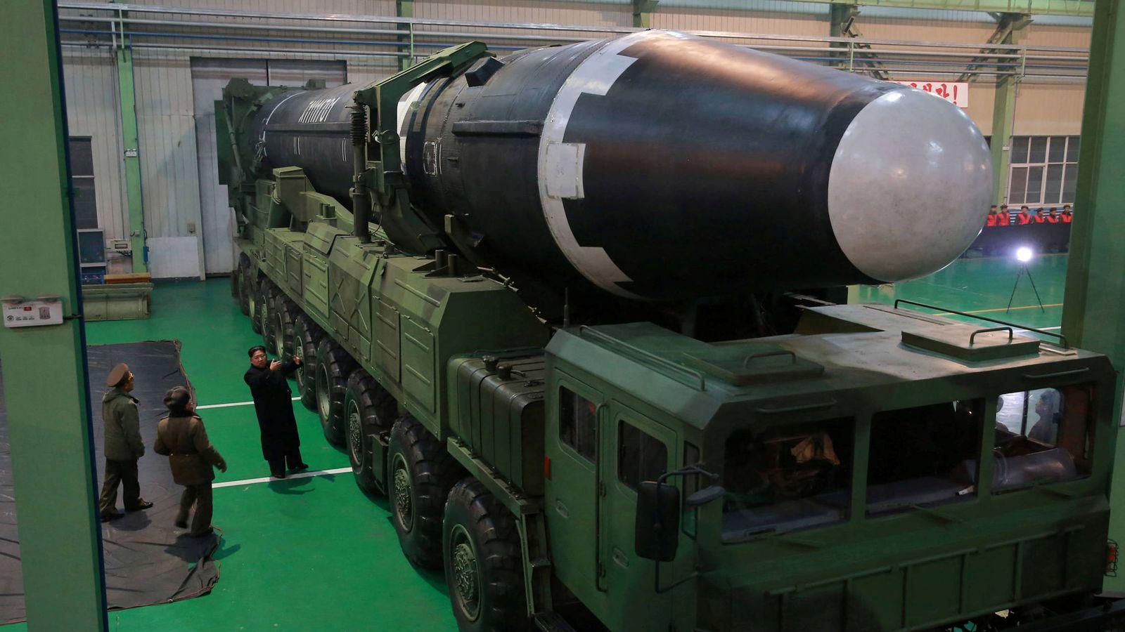 Foto: Kim Jong-un junto al nuevo ICBM Hwasong 15 en una imagen distribuida por la agencia estatal norcoreana. (Reuters).