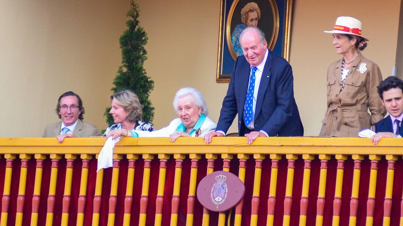 La infanta Pilar con dos de sus hijos, el rey Juan Carlos, la infanta Elena y Felipe Marichalar, en Aranjuez. (Getty)
