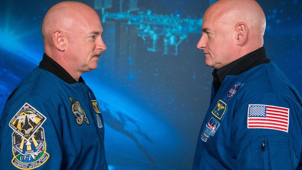 Foto: Los astronautas Scott Kelly (d) y Mark Kelly (i), al término de la misión de la NASA. (EFE)