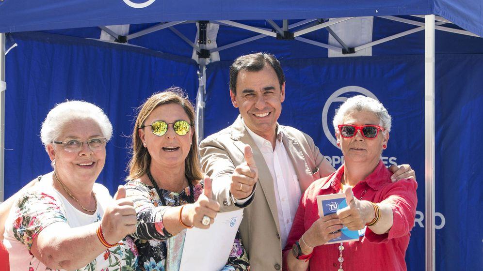Foto: El vicesecretario de Organización y Electoral del Partido Popular, Fernando Martínez-Maillo y la candidata del PP por Cantabria, Ana Madrazo, posan junto a dos militantes durante su visita a Santander.