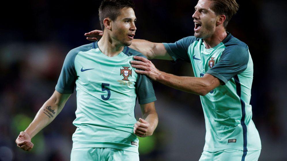 Foto: Raphael Guerreiro celebra un gol con Adrien Silva. (Reuters)