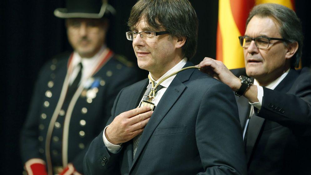 Foto: Carles Puigdemont, con el medallón de la Presidencia de la Generalitat impuesto por Artur Mas en 2016 | EFE