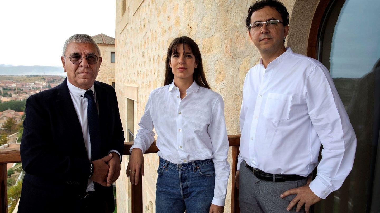 Carlota Casiraghi, acompañada del filosófo Robert Maggiori (i) y del editor Leopoldo Kulesz en el Hay Festival de Segovia. (EFE)