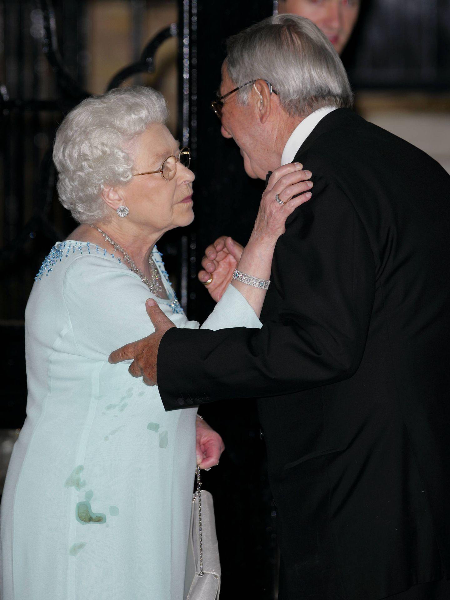 La reina Isabel también es humana y se mancha. (Getty)