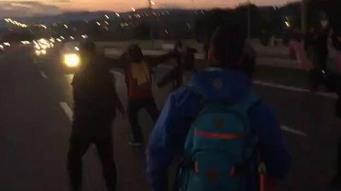 Una decena de independentistas, casi atropellados al tratar de cortar una carretera