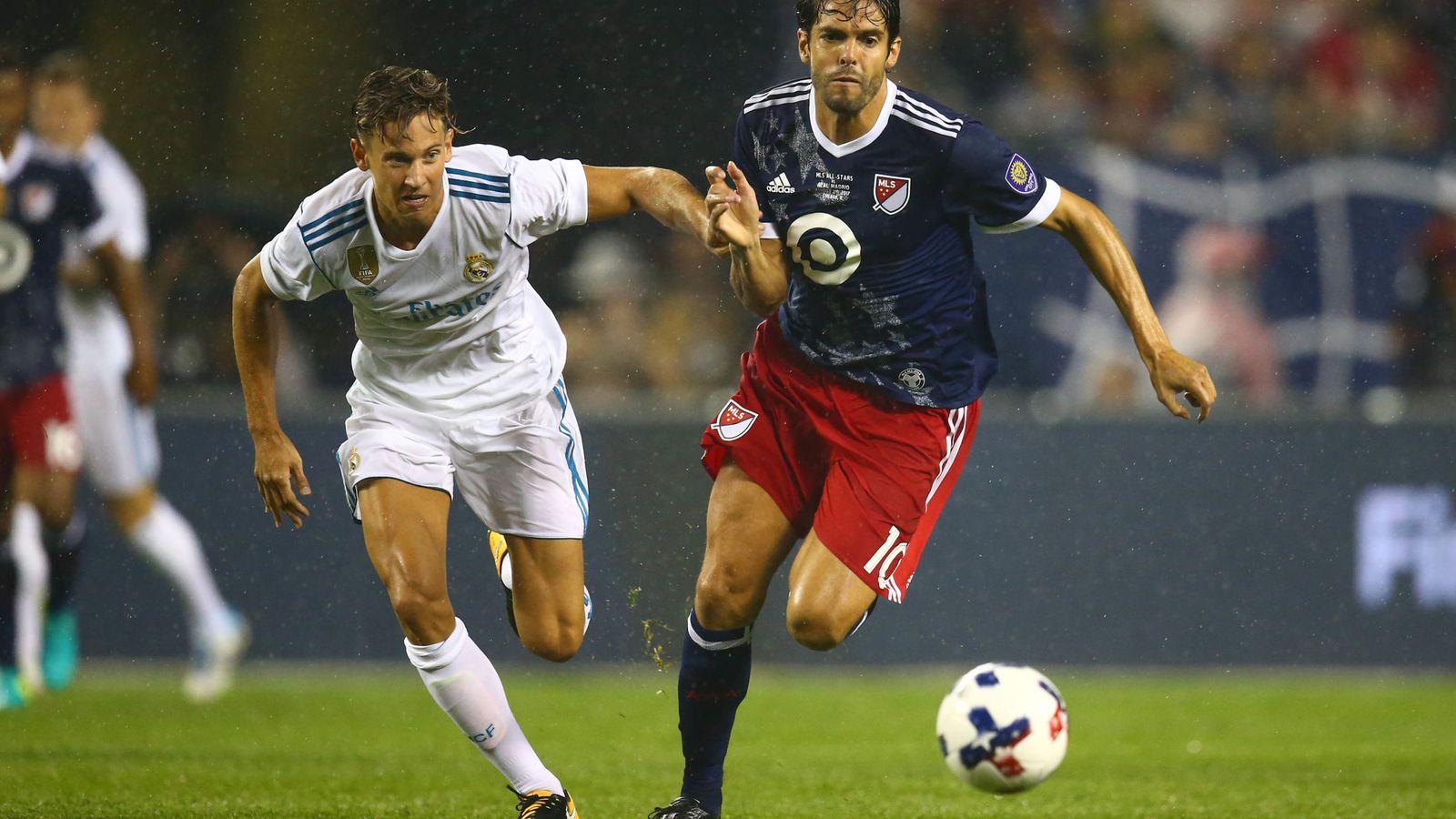 Foto: Marcos Llorente puja por un balón con Kaká en el amistoso contra las estrella de la MLS. (EFE)