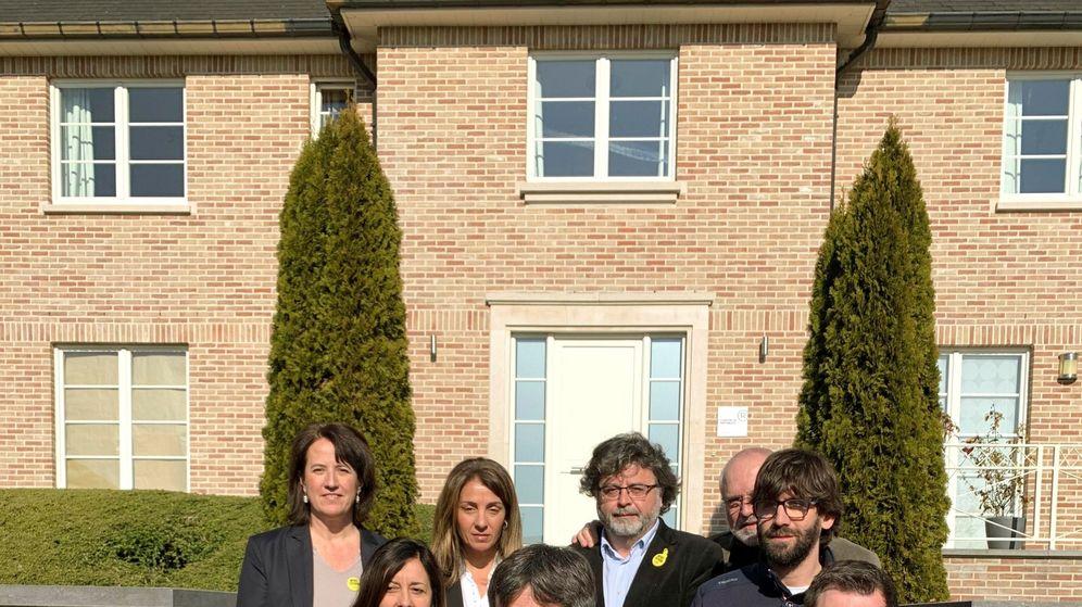 Foto: Carles Puigdemont, junto a sus exconsejeros Toni Comín, Lluís Puig, Clara Ponsatí, Elisenda Paluzie, Neus Torbisco-Casals, Antoni Castellà, Meritxell Budó y Guillem Fuster (EFE)