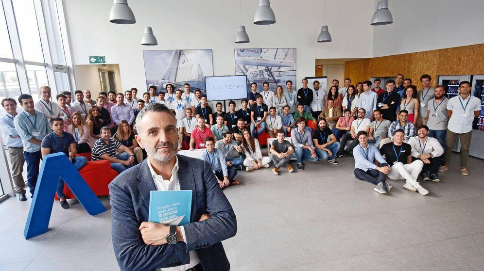 Foto: Javier Jiménez, director de Lanzadera, con los emprendedores seleccionados para la edición 2017-2018.
