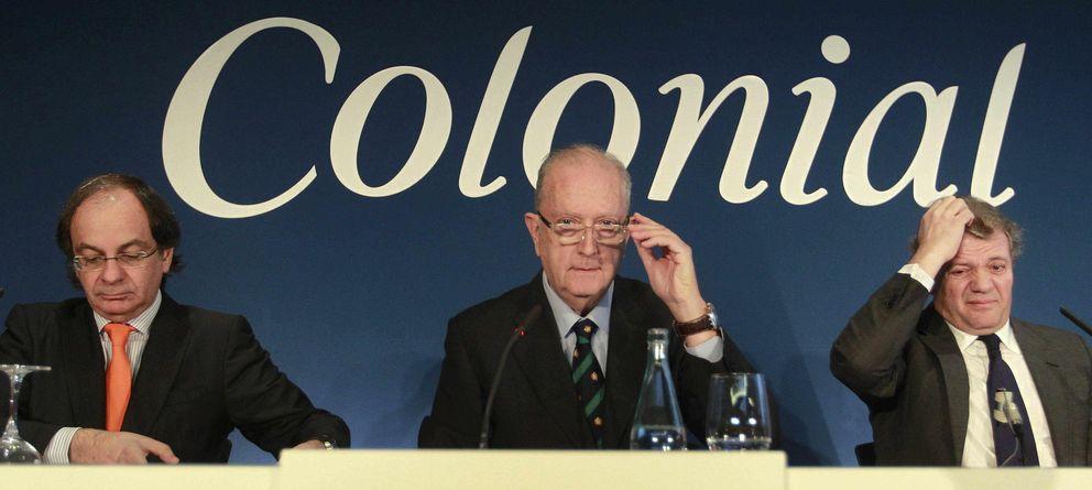 Foto: José Bruguera (c) presidente, Pere Viñolas, consejero delegado (i) y Francisco Palà del consejo de administración (d) de la inmobiliaria Colonial. (EFE)