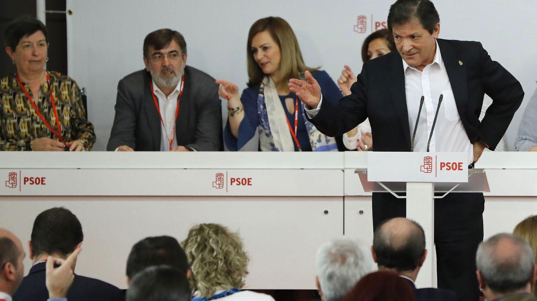 Javier Fernández, con la gestora detrás, durante su intervención a puerta cerrada en el último comité federal del PSOE, el del pasado 1 de abril. (EFE)