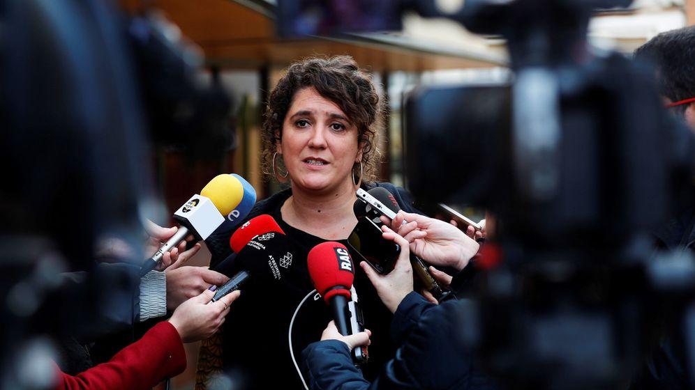 Foto: Núria Gibert, en declaraciones a los medios tras un consejo político de la candidatura de la CUP. (EFE)