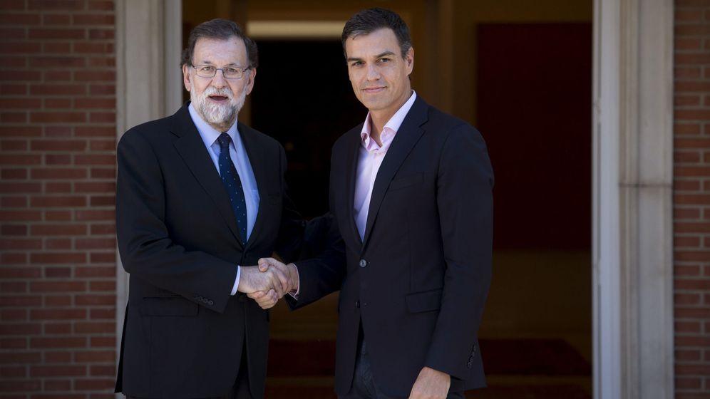 Foto: Mariano Rajoy, junto a Pedro Sánchez, en una foto de archivo. (EFE)