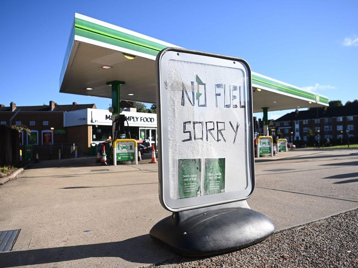 Foto: Un cartel indica que no queda combustible frente a una gasolinera en Londres, Reino Unido. (EFE)