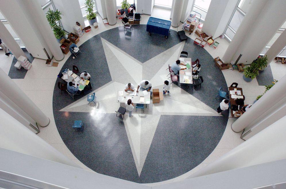 Foto: La estrella del Estado de Tejas en el suelo de una escuela de Houston, en septiembre de 2005 (Reuters)