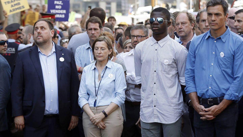 Oriol Junqueras, Carme Forcadell (2i), y Pedro Sánchez (d), durante la marcha contra los atentados. (EFE)