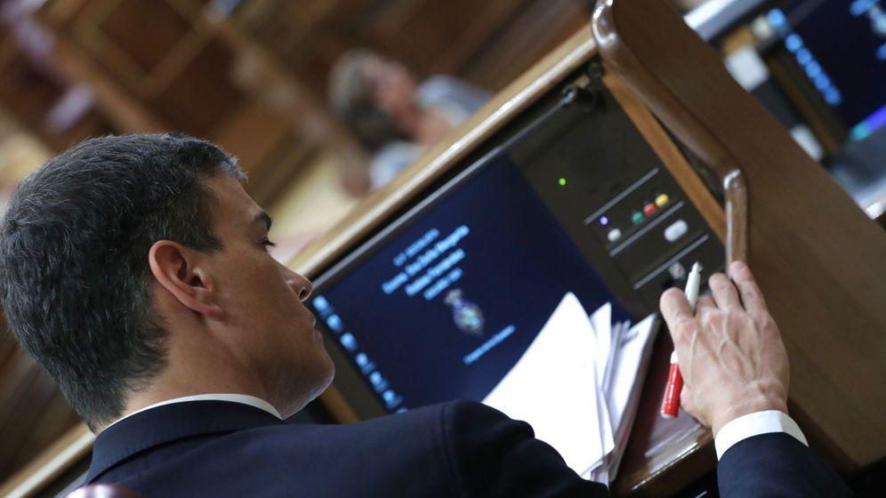Foto: El líder del PSOE, Pedro Sánchez, tras escuchar la intervención del portavoz del PNV, Aitor Esteban, durante el debate de la moción de censura (EFE)