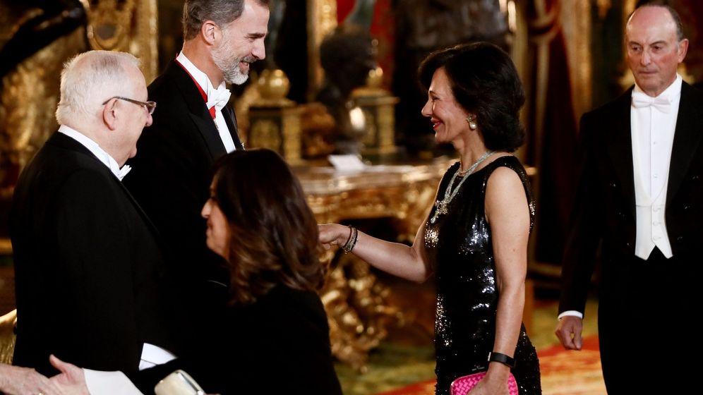 Foto: El Rey saluda a la presidenta del Banco Santander, Ana Patricia Botín. (EFE)