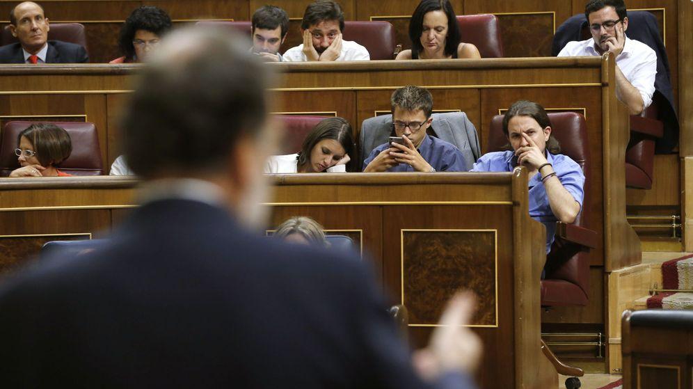 Foto: El presidente en funciones, Mariano Rajoy, ante la mirada de la bancada de Podemos. (EFE)